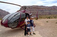 grand-canyon-helicopter-tours-landing-family